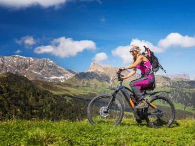 mujer con bicicleta eléctrica