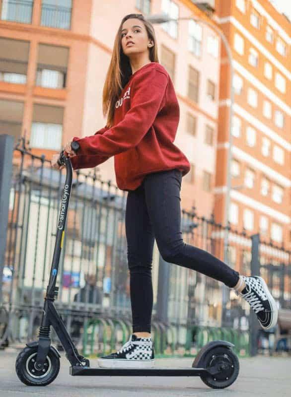 niña con patinete electrico